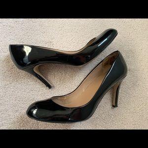 Ann Taylor black patent pumps